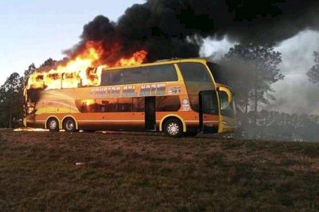Un ómnibus con 15 pasajeros a bordo se incendió en Corrientes