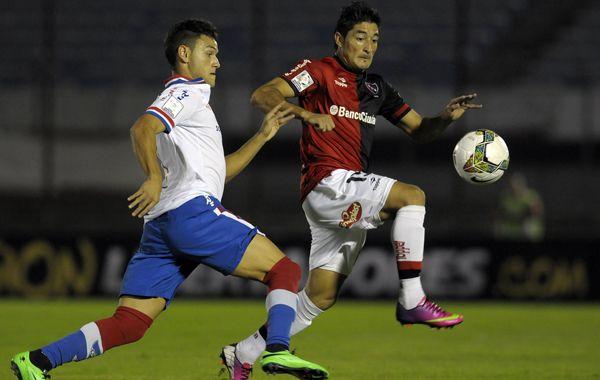 Casco se lleva la pelota ante Renato Cesar