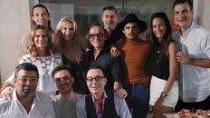 De festejo. Amalia Granata junto al grupo de amigos que participó de su cumpleaños número 40 en febrero.