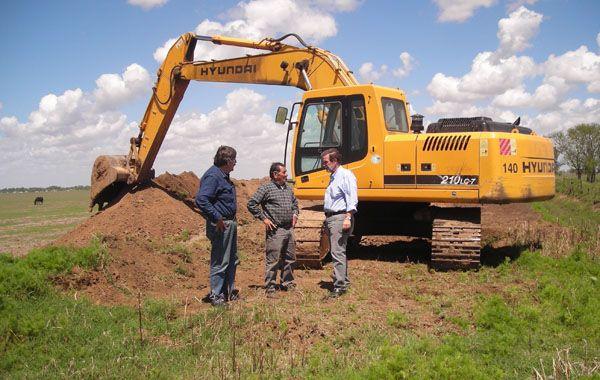 Funcionarios del Ministerio de Aguas de la provincia cumplieron una pormenorizada recorrida por las obras que se realizan.