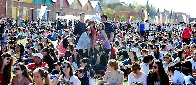 Miles de jóvenes se adueñaron ayer de las calles y los espacios públicos de la ciudad para celebrar el Día del Estudiante y la llegada de la estación de las flores.