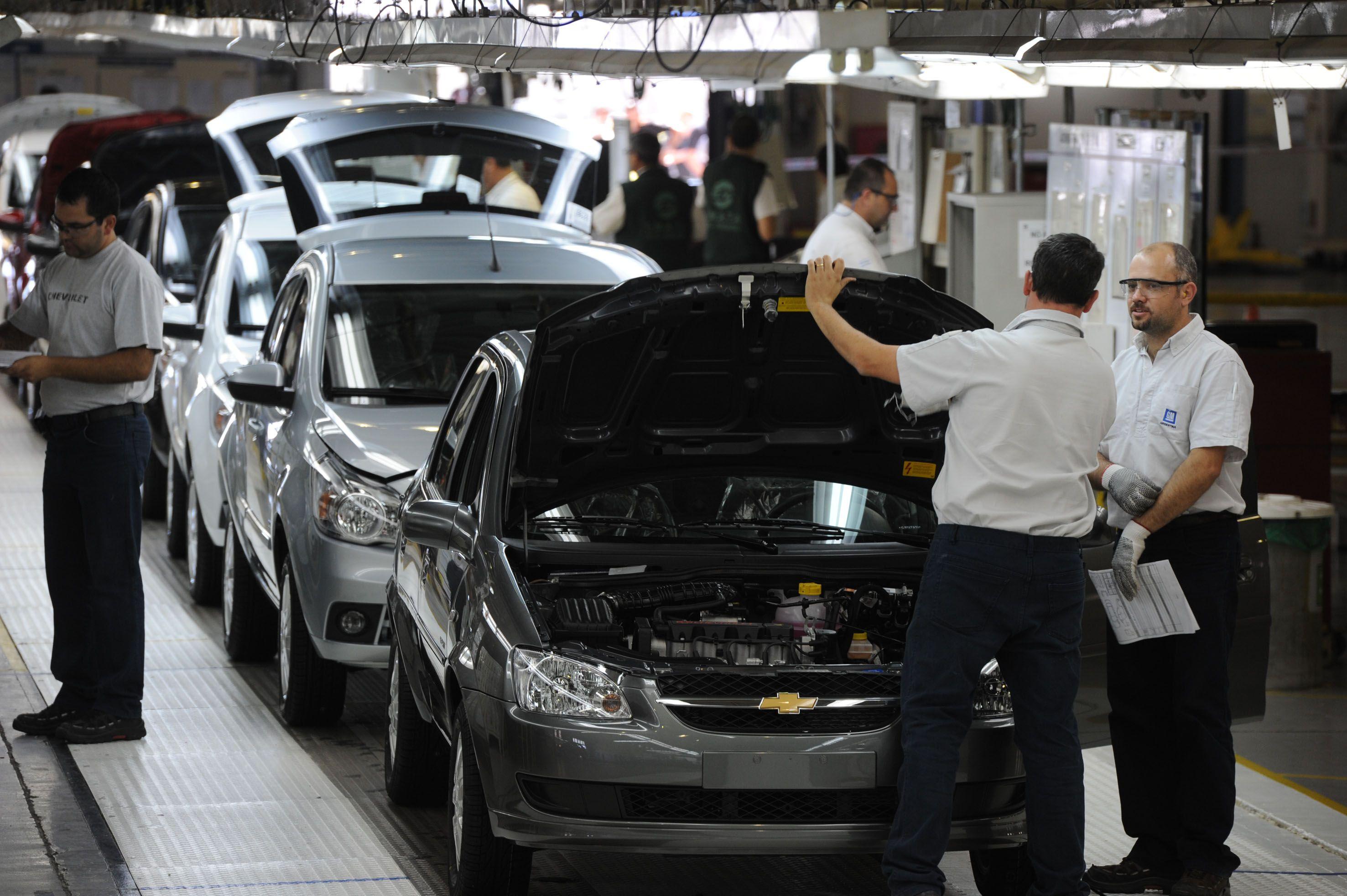 Los empleados producen actualmente 29 vehículos por hora en General Motors. (Foto: N. Juncos)