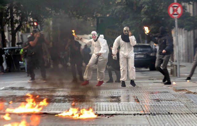 Manifestantes lanzan bombas molotov en Santiago. Causan daños cuantiosos en todo Chile.