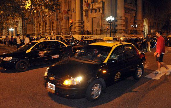 Los taxistas marcharán por el centro desde las 9 y palpitarán la sesión desde las gradas del Concejo.