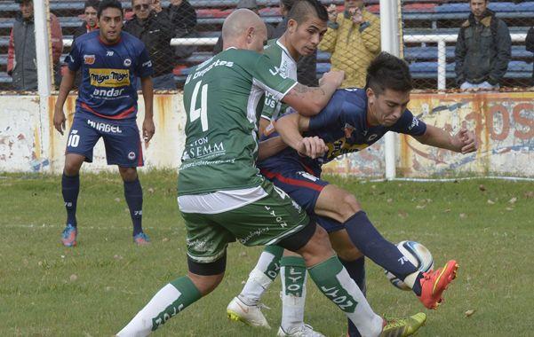 Duelo en la mitad de la cancha. Sebastián Piccardo encara frente a la marca de dos defensores del Villero