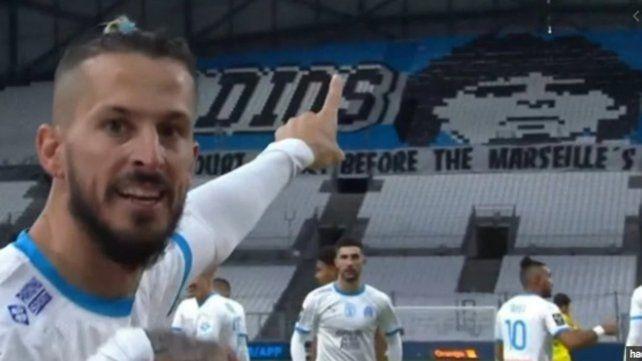 Darío Benedetto señala el cartel donde se ve la imagen de Maradona. El delantero argentino señaló uno de los tantos de la goleada del Olympique ante el Nantes.