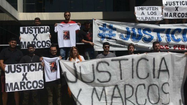 Familiares y allegados de Marcos vienen reclamando justicia por el hecho en distintas manifestaciones.