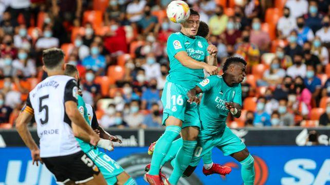 Luka Jovic supera a todos y cabecea ante la mirada del brasileño Gabriel.