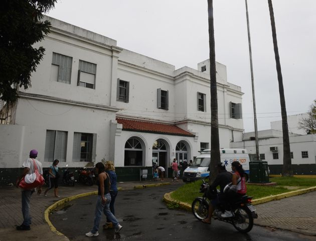 La chica de 20 años agredida en Necochea al 3900 es atendida en el Hospital Sáenz Peña.