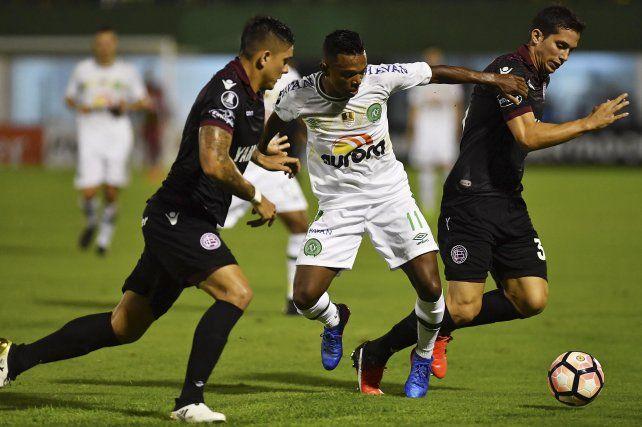 Niltinho se lleva la pelota entre dos jugadores granates. El Chape no pudo celebrar en su casa.