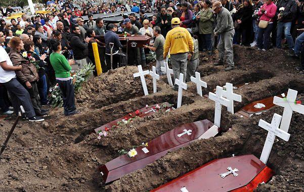 Al adiós. El dolor invadió ayer a la tarde el cementerio municipal de Merlo