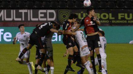 Montonera. Cabral Giani y Lema se elevan en el salto entre un racimo de jugadores juninenses.