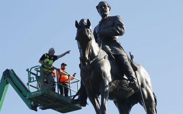 Un equipo del Departamento de Servicios Generales de Virginia inspecciona la estatua del general confederado Robert E. Lee en Monument Avenue en Richmond