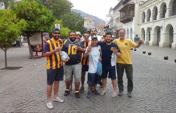Un grupo de hinchas de Central posa para La Capital frente a la plaza 9 de Julio. Hoy puede ser un gran día. (Foto: G.de los Ríos)