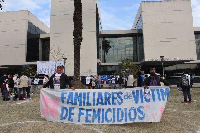 Familiares y militantes de diversas agrupaciones se manifestaron el lunes a la mañana frente al Centro de Justicia Penal