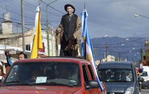 Devotos. Una imagen del Cura Brochero es transportada por fieles en el curso de una procesión en las sierras.