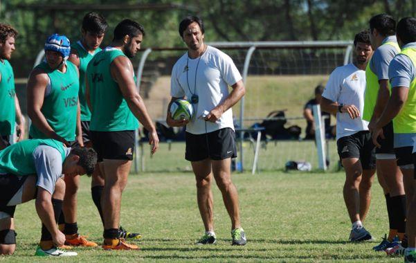 El entrenador rosarino Raúl Pérez repasa algunos conceptos en un entrenamiento.