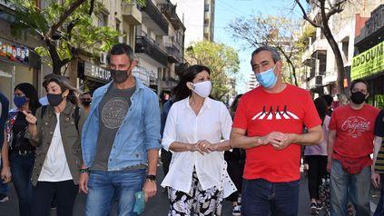 Clara García, Pablo Javkin y Ciro Seisas recorrieron la calle San Luis, donde dialogaron con vecinos y comerciantes.