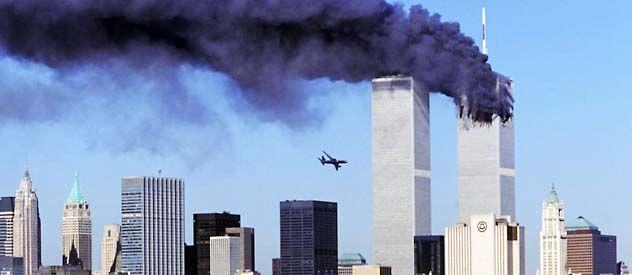Instante en el que un segundo avión está a punto de estrellarse contra la otra torre. La demanda sostiene que de no haber sido por la inoperancia de United y American Airlines los terroristas no habrían podido abordar y secuestrar las aeronaves.