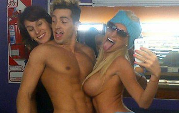 Vicky y a su bailarín desnudos y cubiertos con la bandera argentina.