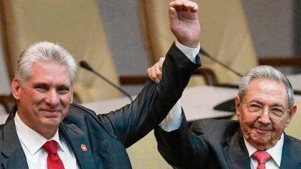 El presidente Miguel Díaz-Canel junto a Raúl Castro, hasta ahora el verdadero poder como secretario general del Partido Comunista..