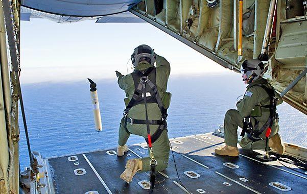 Rastreo. Un aviador australiano lanza una sonoboya para captar algún alerta electrónica del Boeing desaparecido.