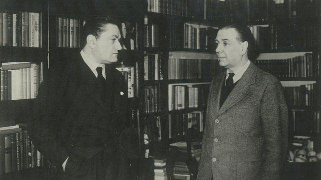 Peyrou y su gran amigo Jorge Luis Borges con libros de fondo