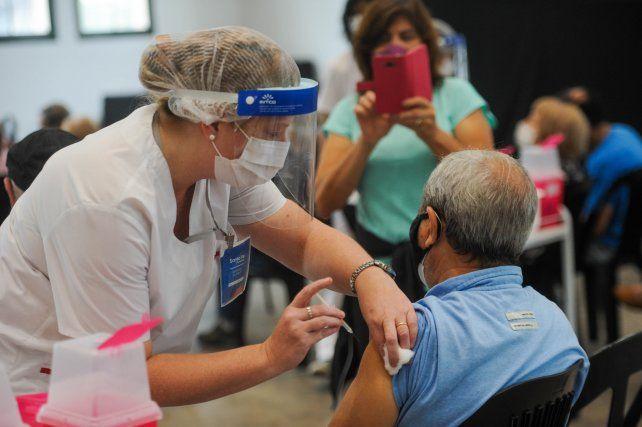La vacunación contra el Covid-19 encendió una luz de esperanza entre los adultos mayores.