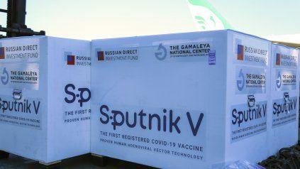 Un envío de vacunas Sputnik en el aeropuerto de Teherán, Irán.