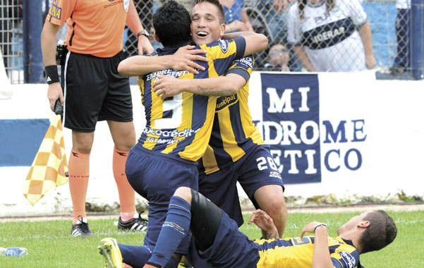 Rafael Delgado (Nº3) se abraza con Cachete Acuña tras convertir el gol de la victoria.