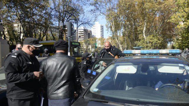 Gastronómicos fueron demorados por la policías frente a las puerta de la Gobernación.