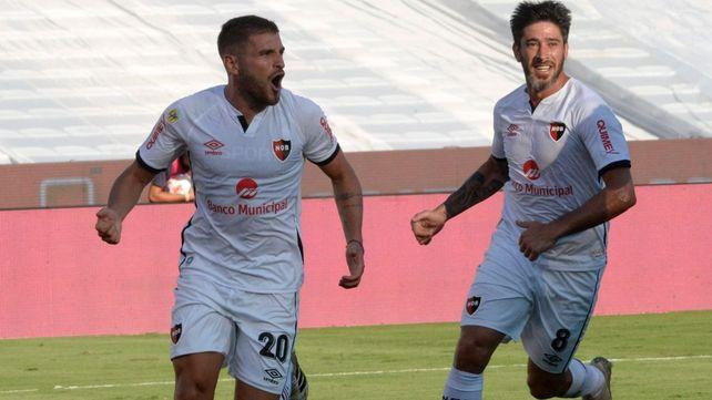 Juntos. Julián Fernández será el volante de contención de Newells y Pablo Pérez el ladero para intentar manejar la pelota ante Colón.