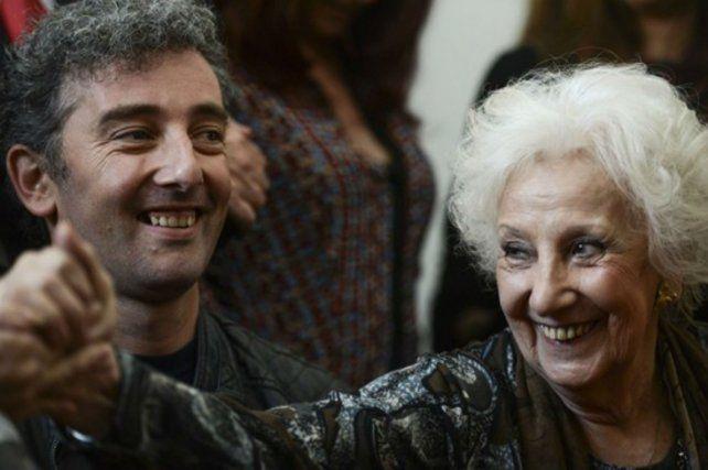 Ignacio Carlotto Montoya junto a su abuela Estela de Carlotto.