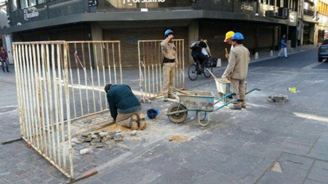 reparación. Operarios de la firma que llevó a cabo las tareas trabajaban ayer por la mañana en la reparación del sector dañado.