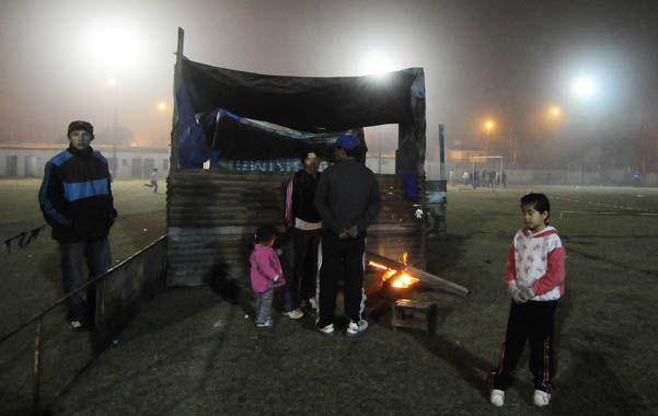 Noche y niebla. Los ocupantes improvisaron casillas en una cancha de fútbol del predio de 27 de Febrero al 4200.