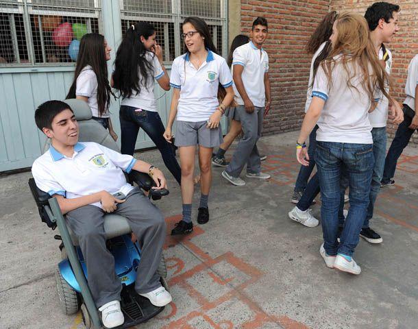 Emiliano padece atrofia muscular espinal II y tiene de 17 años. En la foto