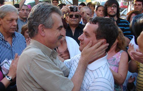 El diputado nacional Agustín Rossi saluda al intendente electo Diego Mansilla.