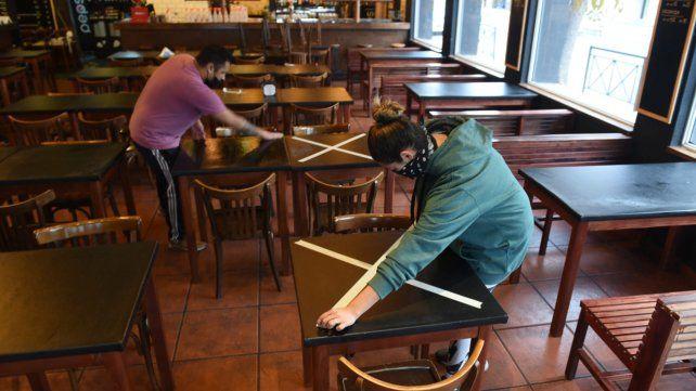 Pandemia. Los bares de Rosarioacondicionan sus locales para entrar en la nueva etapa.