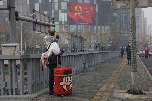 Bandera. Una viajera ayer en pleno centro de Beijing