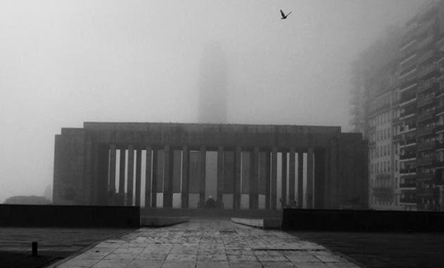 El Monumento a la Bandera amaneció tapado por la niebla.