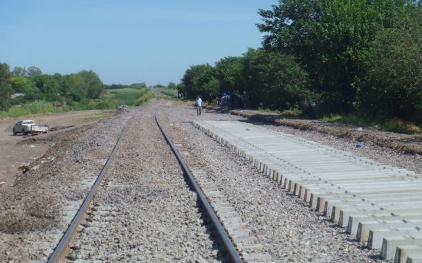 Las viejas vías están pegadas a los barrios (izuierda). Por eso se construyó además del segundo ramal