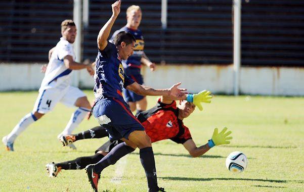 Adentro. Ferrari ya dejó atrás al arquero Peralta Salinas y patea con el arco libre para convertir el tercer gol charrúa.