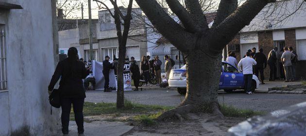 El cuerpo del asaltante quedó tendido a pocos metros de la moto en la que se desplazaba.