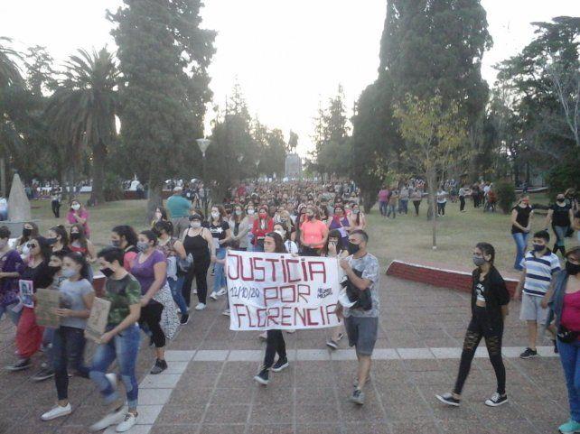 En San Jorge ayer unas mil personas se congregaron en la plaza principal para pedir justicia por Florencia.