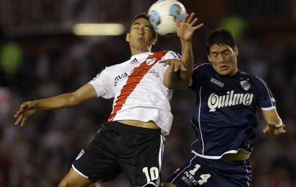 A mano. Lanzini y Quilez van con todo a la pelota en el salto. River y Quilmes metieron mucho y al final igualaron.