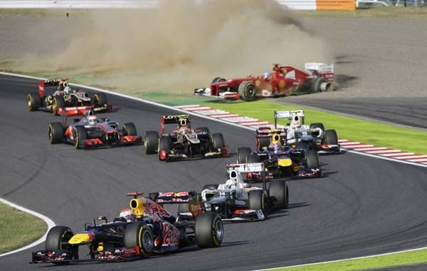 Principio y fin. Vettel encara en punta la segunda curva de Suzuka