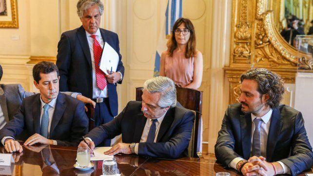 Fernández firma el decreto junto a sus ministros Cafiero y De Pedro