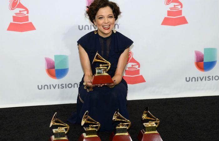 La gran ganadora de la noche. Lafourcade se alzó con cinco gramófonos en la fiesta celebrada en Las Vegas.