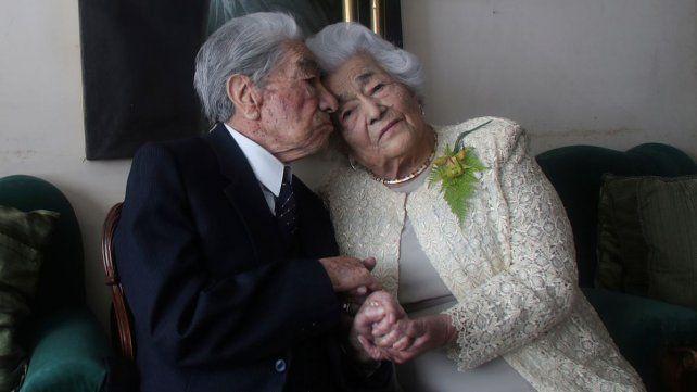Julio Mora besa a su esposaWaldramina Quinteros