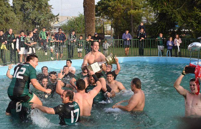 Los jugadores de Duendes festejan la obtención del título en la pileta del club (Foto: M. Bustamante)